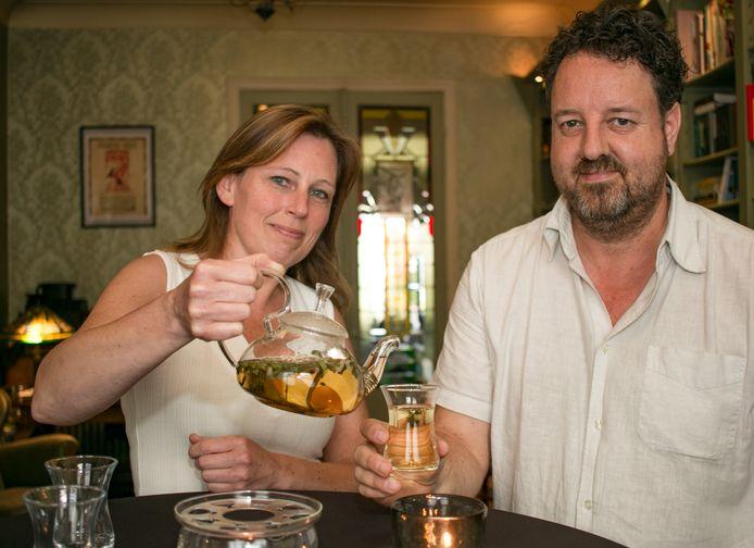 Theesommelier Els Spandel en Gerrit Heirbaut van Release Tea openen dit weekend een pop-upwinkel.