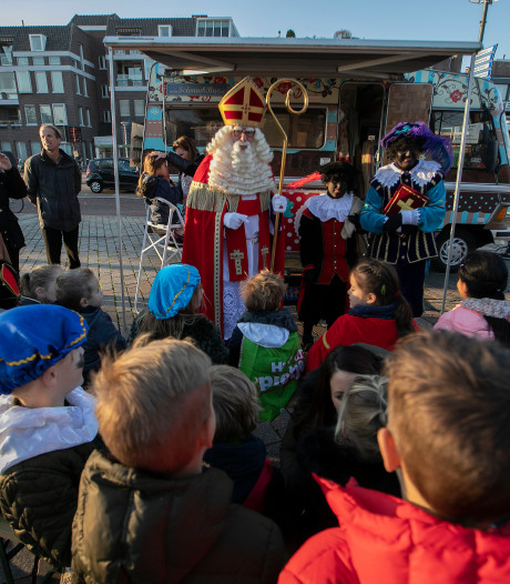 Intocht Veldhoven en Valkenswaard: Een high five van Sinterklaas