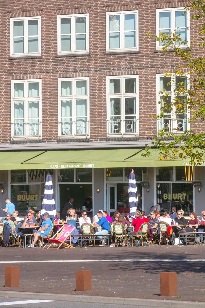 Het terras van café Buurt in Den Bosch aan de Koningsweg.