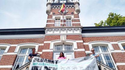 Drie spandoeken bedanken Kastelse inwoners