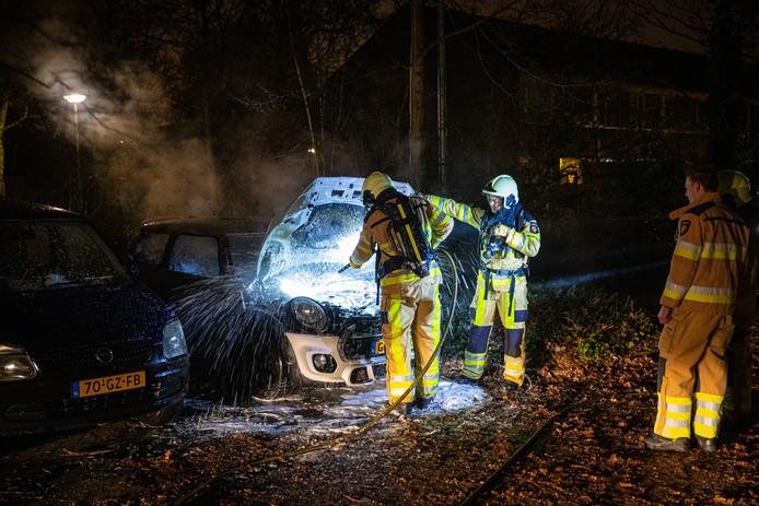Autobrand aan de Rijnlaan vannacht, op de parkeerplaats naast de Aldi