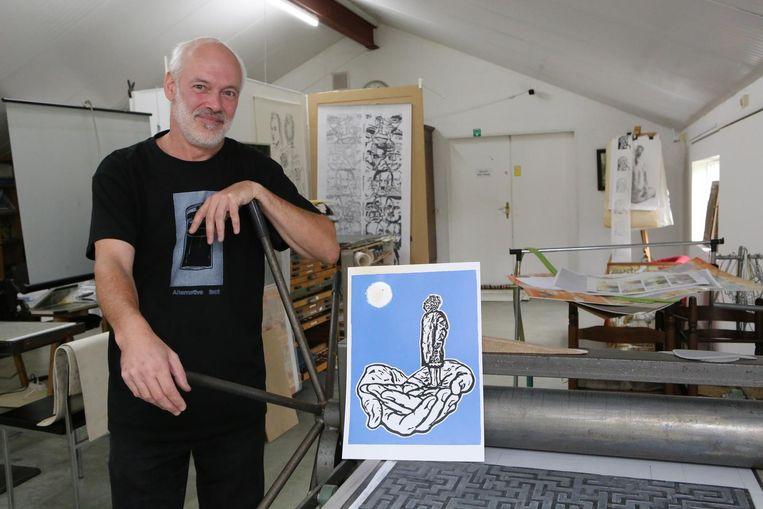 Kunstenaar Luc Van Loock bij het werk waarmee hij won.