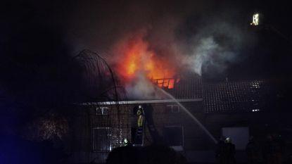 Bliksem slaat in op huis: vrouw ontsnapt uit brand