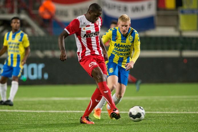 Dominique Kivuvu in duel met RKC-speler Roel van de Sande.