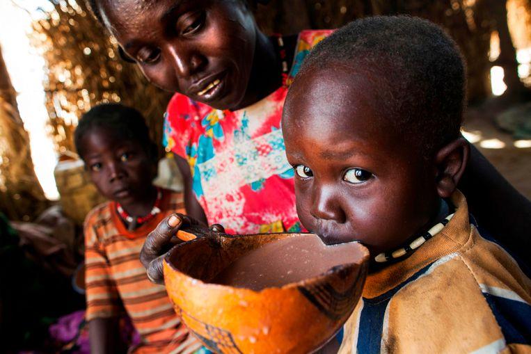 Een moeder geeft haar zoontje te drinken in een vluchtelingenkamp in Zuid-Soedan. (Archiefoto.)