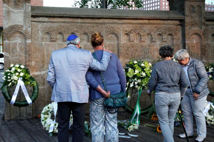 De herdenking bij Loods 24 -het monument ter nagedachtenis aan de deportatie van Joden in Rotterdam- enkele jaren geleden.