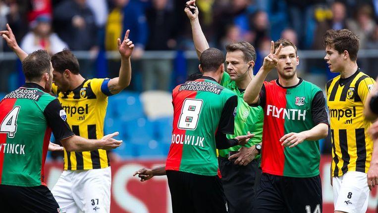 Bram Nuytinck (L) van NEC krijgt de rode kaart van scheidsrechter Bjorn Kuipers (M) in de wedstrijd tegen Vitesse. Beeld anp
