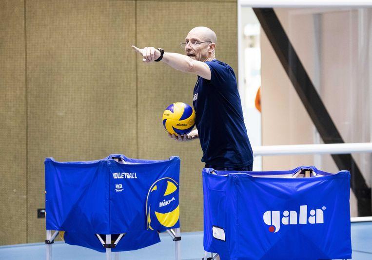 Roberto Piazza, de nieuwe bondscoach van de Nederlandse volleybalmannen, aan het werk in Arnhem. Beeld ANP