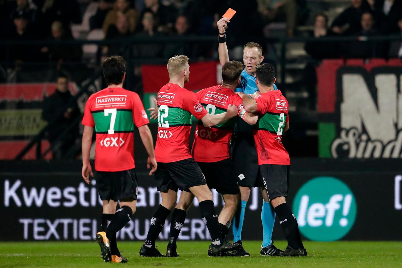 NEC-aanvoerder Joey van den Berg krijgt rood tegen Jong Ajax.