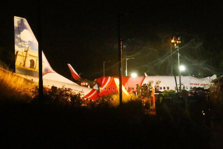 Het gecrashte vliegtuig van Air India Express bij het Calicut International Airport in Karipur, Kerala. Beeld Hollandse Hoogte / AFP