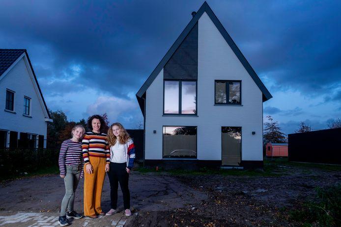 Dit huis komt uit de fabriek, maar daar zie je helemaal niks van, zeggen Brigitte Onzenoort en haar dochters Veerle (r) en Philine.