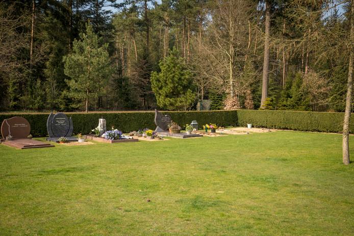 Nathalie van den Hater doet haar best voor een steen op het graf van Dwoëny van den Brink  (geheel rechts) op begraafplaats Norelbos in Epe.