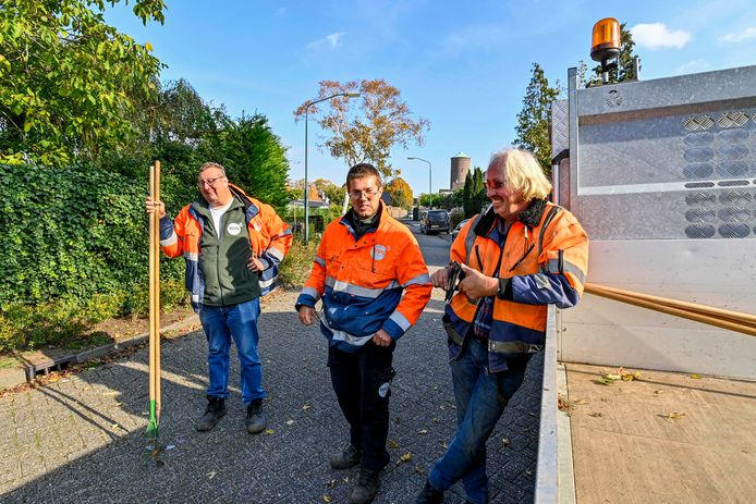 Wie zijn toch die groenmedewerkers in de gemeente Moerdijk? Ze zijn van de VSW en worden aangestuurd door Bras Fijnaart. Hier een deel van het Zevenbergse team: vlnr Bas Verkerk, Tim Reuvers en Cor Michielsen.