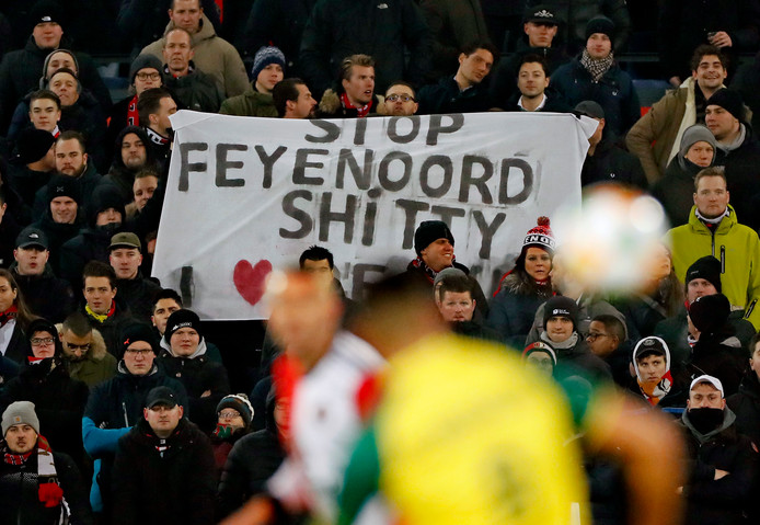 Supportters van Feyenoord protesteren tegen Feyenoord City.