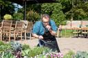 Frank van Akkeren proeft uit eigen tuin bij de Orangerie.