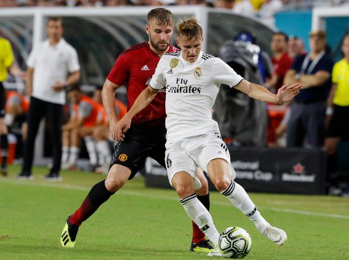Martin Odegaard voor Real Madrid in duel met Luke Shaw van Manchester United, in een oefenwedstrijd van deze zomer in Miami.