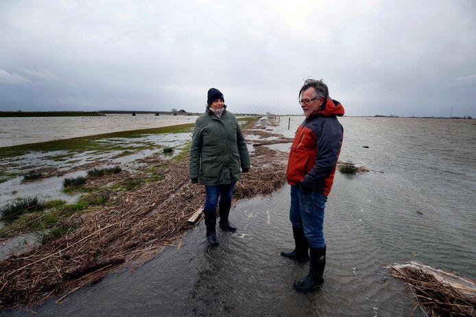 Eva van Sichem en Marko Oudenaarden op het Nieuwe Merwedepad terwijl het rivierwater de Noordwaard instroomt.