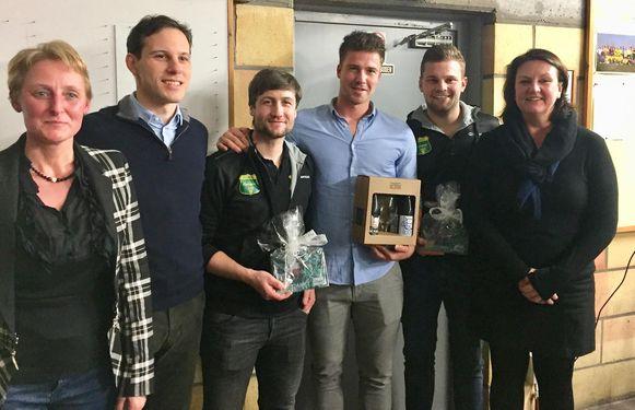 De drie ploegmakkers (midden, met Glenn Delagrense in lichtblauw hemd) kregen een presentje van het stadsbestuur.