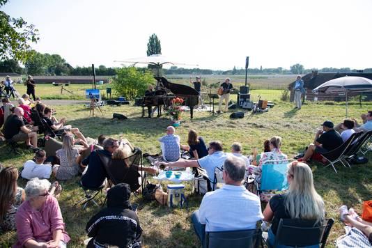 Tientallen mensen bezochten het mini-concert op de Dijk.