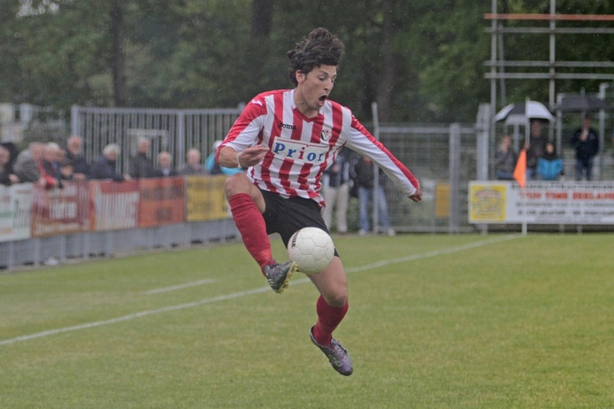Vlissingen-voetballer Khalid el Hattach neemt de bal stijlvol aan.
