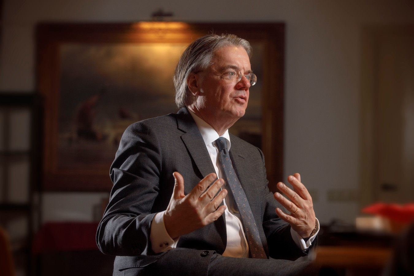 Commissaris van de Koning in Brabant WIm van de Donk laat zich interviewen op landgoed Baest.