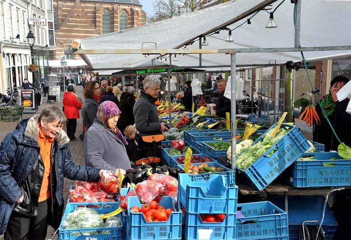 De weekmarkt in Leerdam, hier op archiefbeeld. De mensen op de foto hebben niets te maken met de roof van afgelopen donderdag.