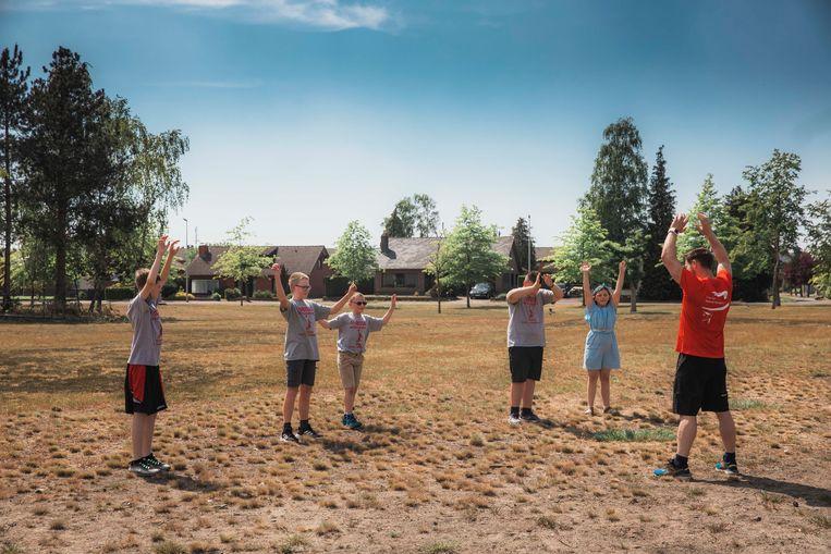 Henny Seroeyen gaat challenges aan met enkele Special Olympics Belgium-basketbalspelers.