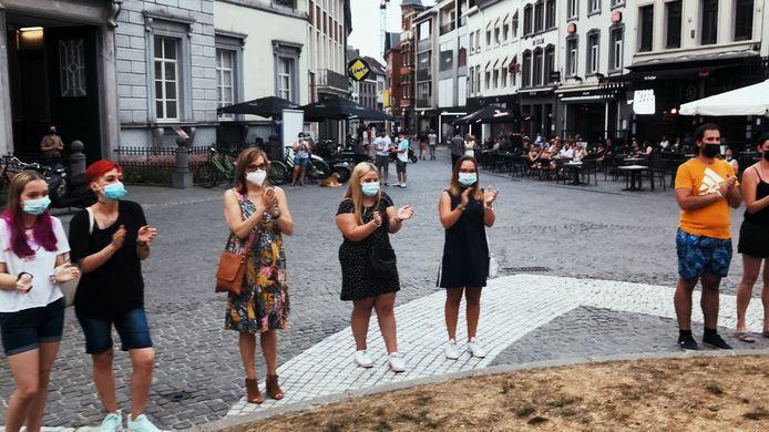 Applaus voor Ilse Uyttersprot op de Grote Markt van Aalst.