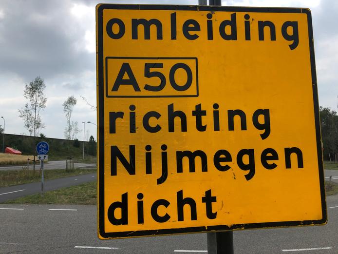 De waarschuwingsborden voor de A50 staan er al. Vrijdag 19 juli gaat de weg dicht.
