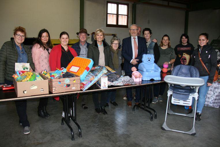 Vrijwilligers stonden klaar om de meest uiteenlopende goederen in ontvangst te nemen.