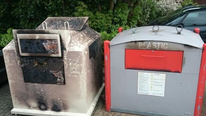Een van de verwoeste containers van Sympany, in Odijk. De organisatie kampt met branden in haar kledingcontainers