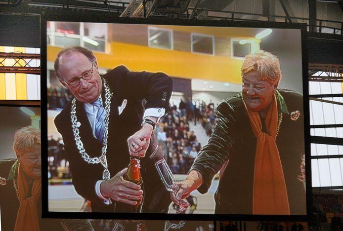 Burgemeester Fred de Graaf en Erica Terpstra - hier bij de opening van Omnisport - droomden hardop van olympische wedstrijden in de nieuwe sporttempel in Apeldoorn. Nu krijgt de stad een deel van de mini 'Olympische Spelen' voor bedrijfssporters. Onder voorbehoud van corona-ellende.