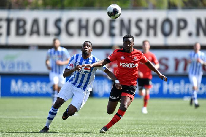 Elton Kabangu (links) in duel met Richelor Sprangers. De Eindhovenaren verloren de derby van Helmond Sport en daarmee lijken de play-offs uit het zicht te verdwijnen.