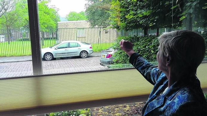 Leonie van de Pol, bewoonster van de Piet Avontuurstraat, wijst de plek aan waar de 'legeringshotels' moeten komen.