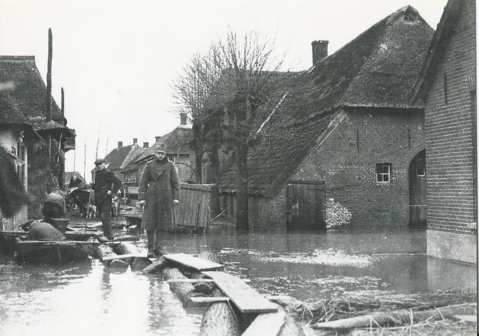 Hoogwater in de Dorpsstraat van Altforst in 1926.