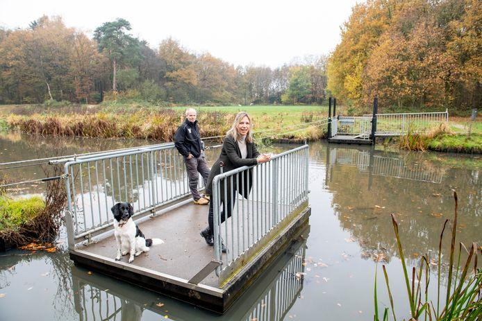 Chantal Leuverink en Arjan Ribbers op het pontje over de Slinge in de buurtschap Heure.
