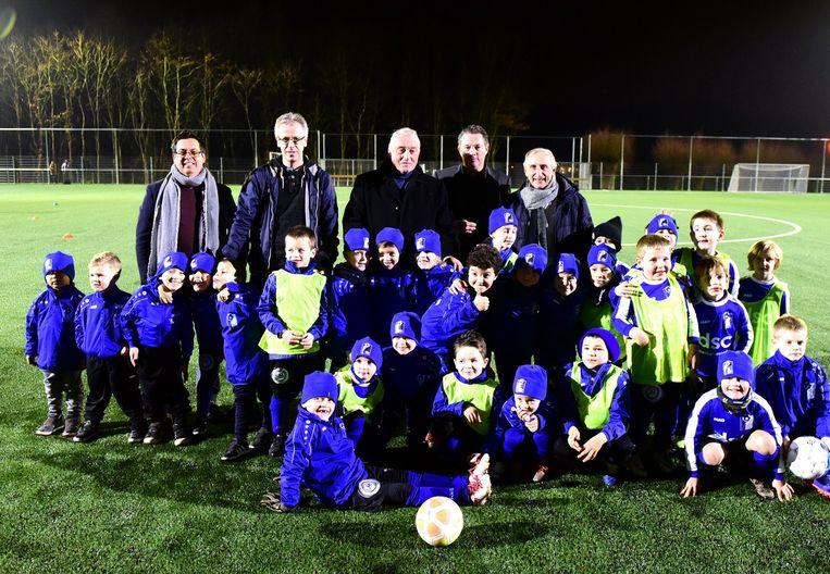Paul Van Himst samen met de jeugdspelers en leden van de voetbalclub en de gemeente op het nieuwe veld