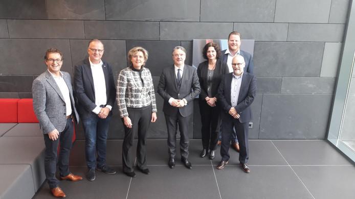 Comissaris van de Koning Wim van de Donk, college Halderberge en ondernemer John Bom bij een werkbezoek aan Bom Engineering.