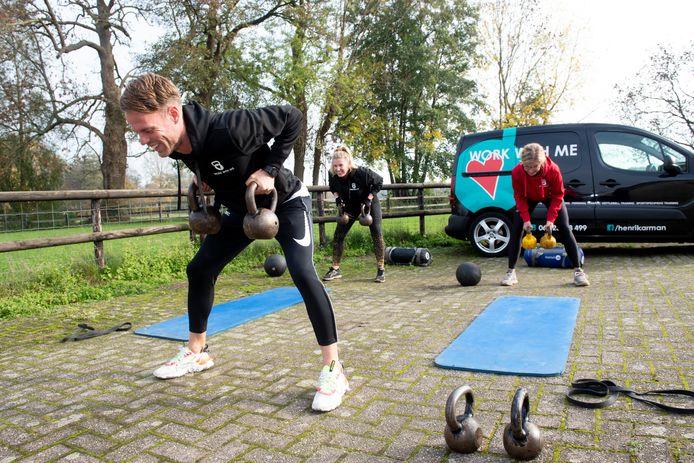 Personal trainer Henri Karman mag aan maximaal twee mensen tegelijk training geven.