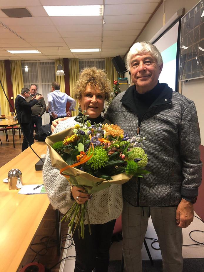 Een speld en een flinke bos bloemen voor Ben Picavet (rechts). Naast hem vrouw Herta.