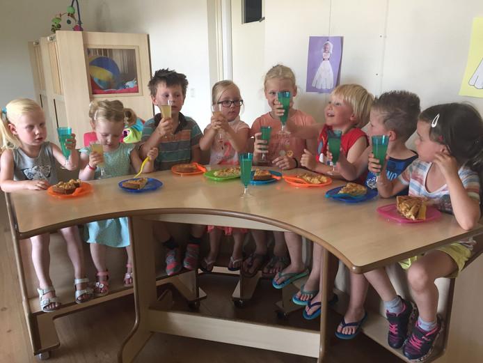De kinderen van de dagopvang toasten gezamenlijk op de kinderen van de buitenschoolse opvang