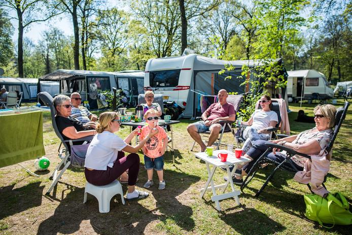 Met de hele familie op de camping tijdens pasen. Camping de Jutberg in Laag-soeren. Foto Rolf Hensel.