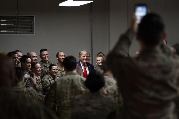 Donald Trump bezoekt het leger in Afghanistan voor Thanksgiving.   Beeld AFP