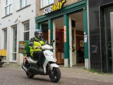 Kijk, daar komt de pizzakoerier op zijn scooter. En wat rijdt hij veilig!