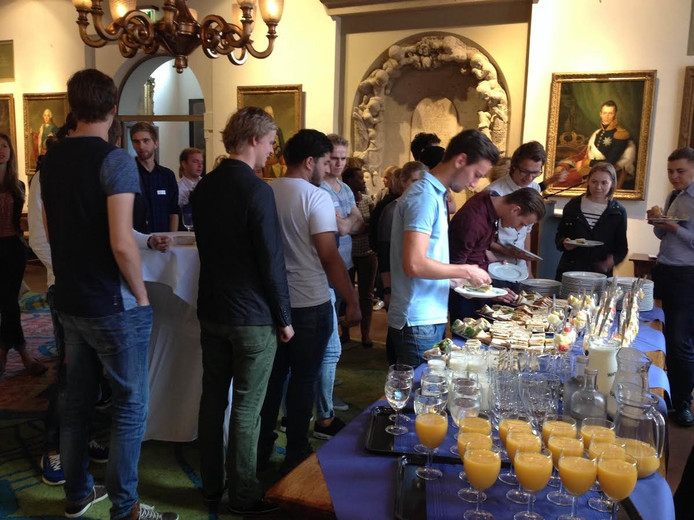 Lunchende studenten op het stadhuis, waar ze vervolgens in Den Bosch worden verwelkomd door burgemeester Ton Rombouts.