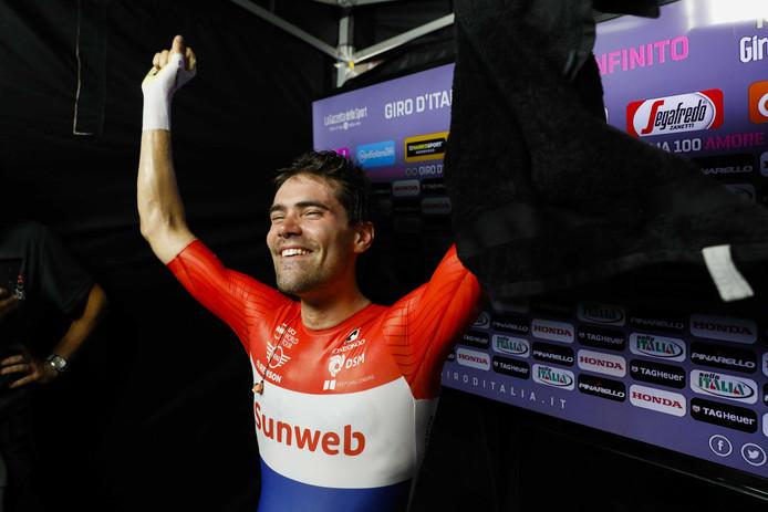 Tom Dumoulin juicht na het winnen van de Ronde van Italië.