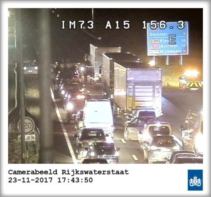 Het ongeluk op de A15 richting Nijmegen.