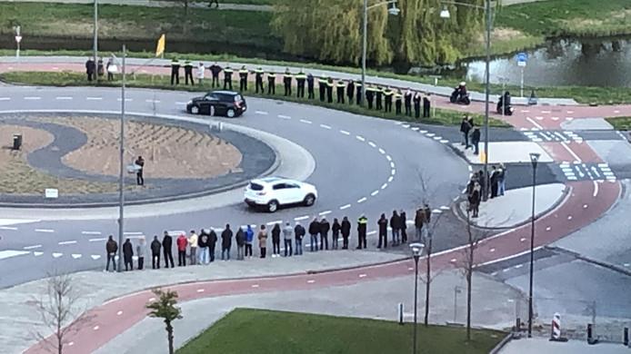 Agenten en collega's staan rond de rotonde bij de Overkampweg in Dordrecht.