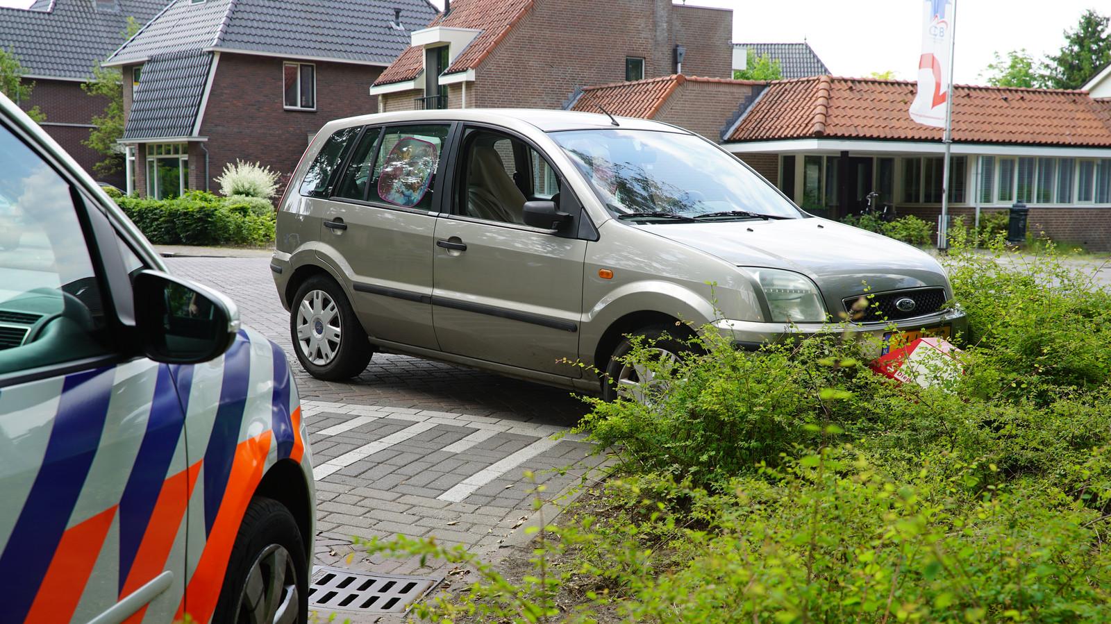 Vluchtauto belandt in de bosjes in Diepenveen, na een achtervolging vanuit Schalkhaar. Politie heeft vluchter aangehouden, waarna vluchtauto ook gestolen bleek.