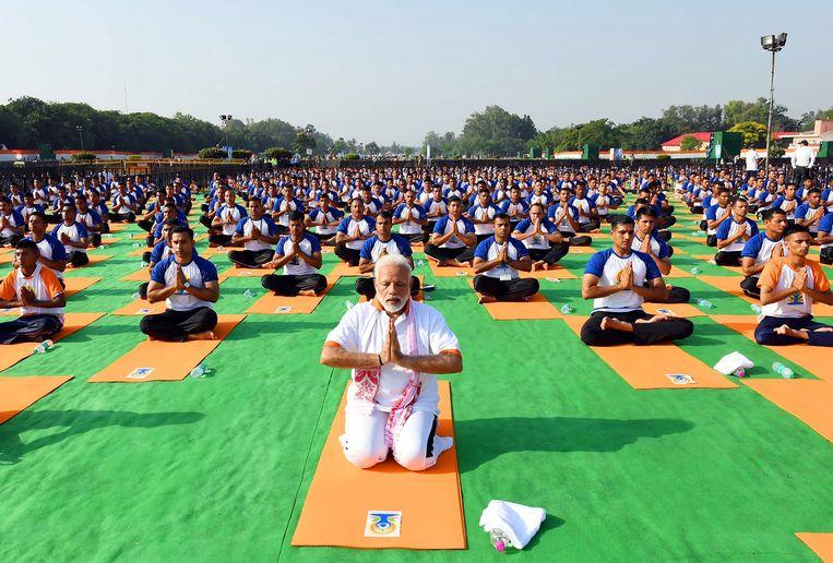 De Indiase premier Narendra Modi leidt donderdag op Internationale Yoga Dag een yogasessie in Dehradun in de Indiase deelstaat Uttrakhand. Beeld AFP
